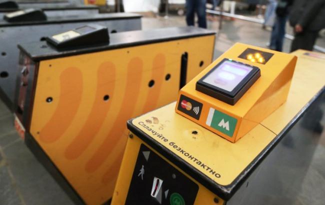 Киевский метрополитен откроет еще 12 турникетов для оплаты банковской карточкой