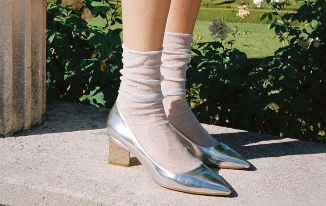 Даже с платьями и туфлями: стилист рассказала, с чем носить высокие носки летом 2021