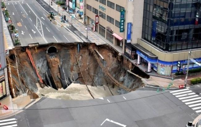 Фото: В Японії обрушилася дорога (korupciya.com)