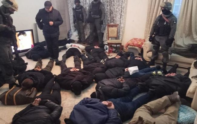 У Києві затримали 17 чоловіків, які намагалися захопити квартиру
