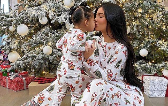 Слишком мило: топ-7 одинаковых нарядов Кайли Дженнер и ее дочери, которые взорвали сеть