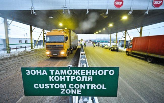 Фото: вантажівки з українськими товарами простоюють на кордоні з РФ