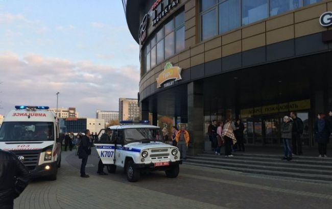 Фото: правоохранители возле ТЦ в Минске
