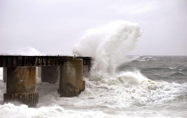 Сильный ветер и высокие волны: на Черное и Азовское моря надвигается шторм