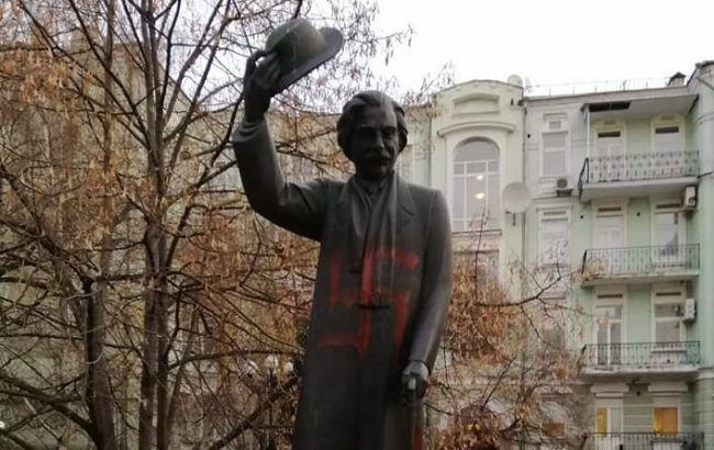 У Києві осквернили свастикою пам'ятник письменнику Шолом-Алейхему