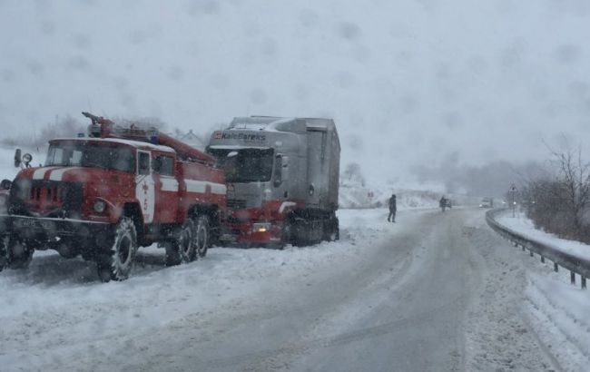 Фото: рух транспорту в Україні обмежено через негоду