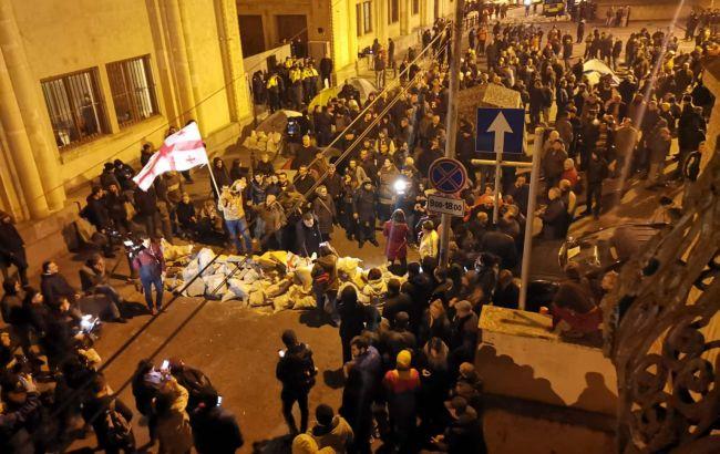 У Тбілісі протестувальники почали зводити барикади біля парламенту