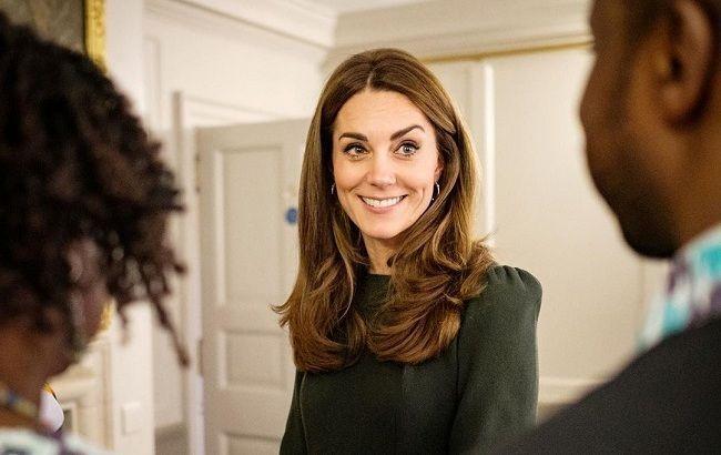 Кейт Миддлтон в лаконичном наряде от Michael Kors наведалась в лондонский роддом