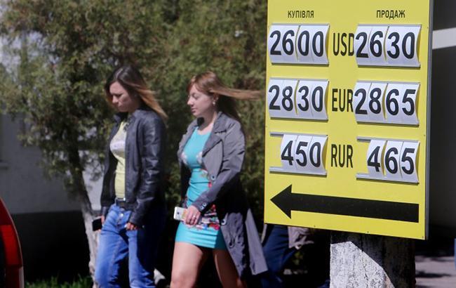 Фото: готівковий курс долара підвищився (УНІАН)