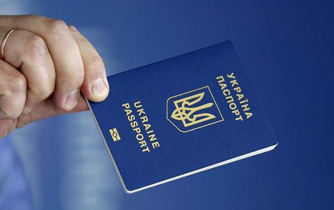 Фото: В паспорте украинца пытались найти визу (УНИАН)