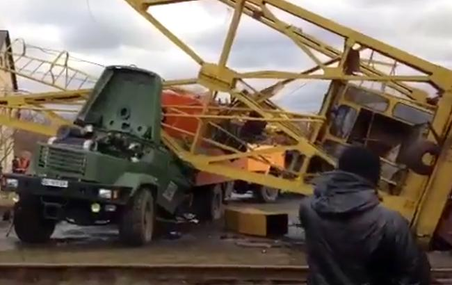 Фото: строительный кран упал на грузовик (webscreenshot-facebook.com-podillyaplus)