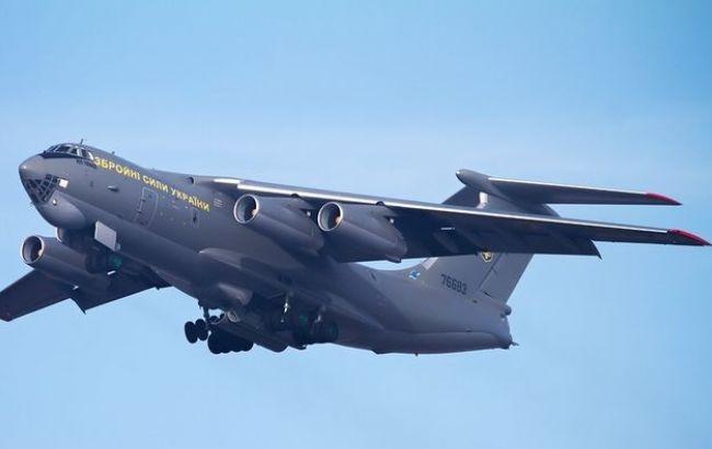 Літак з евакуйованими з Непалу українцями приземлився в Баку