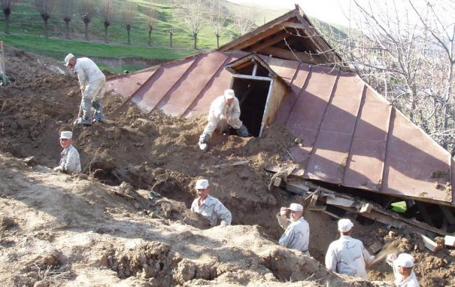 Под сошедшим оползнем в Кыргызстане оказалось 24 человека