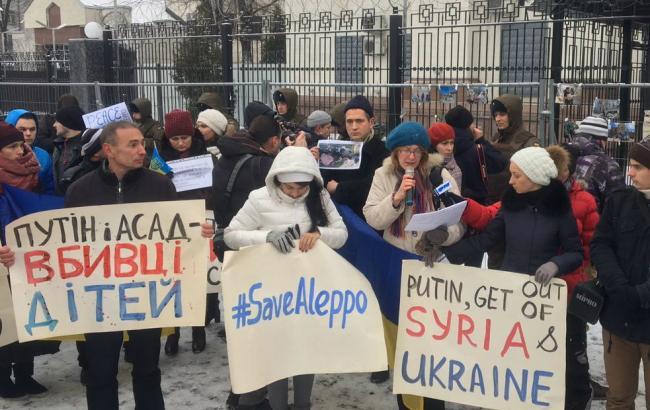 Кпосольству РФ вКиеве принесли «кровавые куклы»