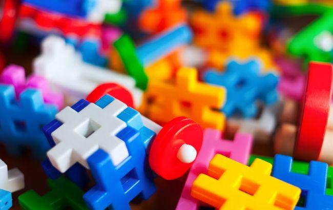 В детских игрушках обнаружили более 100 вредных веществ: чем играть категорически нельзя