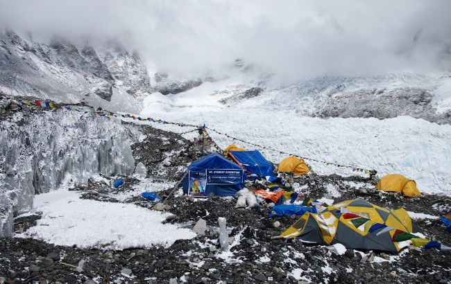 На Эвересте в базовом лагере произошла вспышка COVID: заразились уже сотня альпинистов