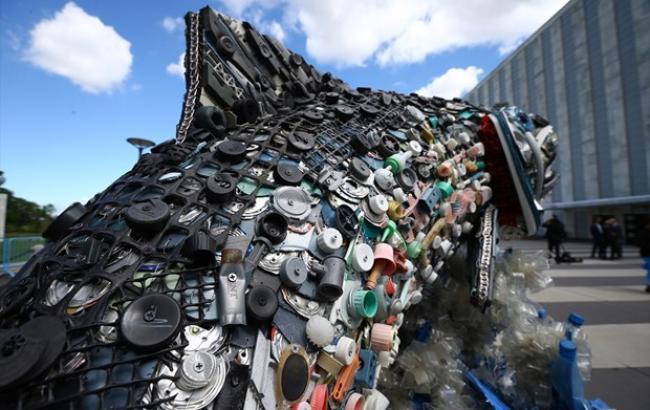 """Вход в штаб-квартиру ООН """"украсили"""" скульптурами из мусора Мирового океана"""