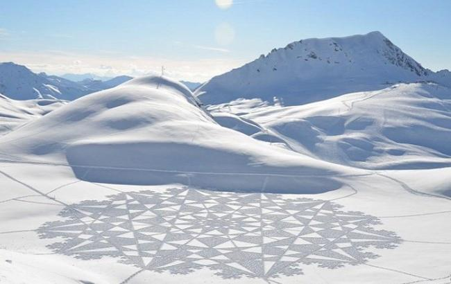 Британский художник создает удивительные рисунки на снегу