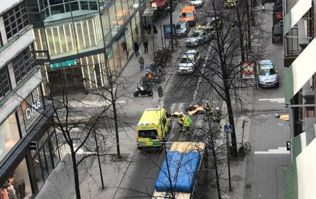 В итоге наезда грузового автомобиля натолпу людей вСтокгольме погибли трое