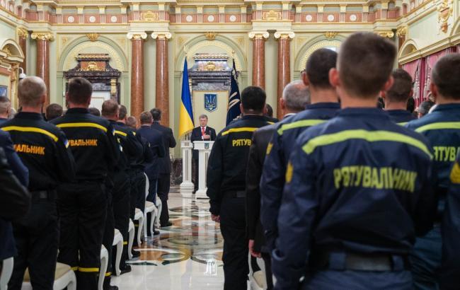Фото: спасатели на приеме у Порошенко (president.gov.ua)