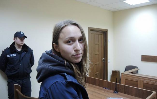 Фото: суд взял подругу Краснова под домашний арест