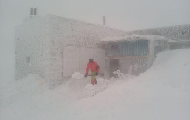 Спасатели в Карпатах просят не подниматься в горы из-за снега и ветра
