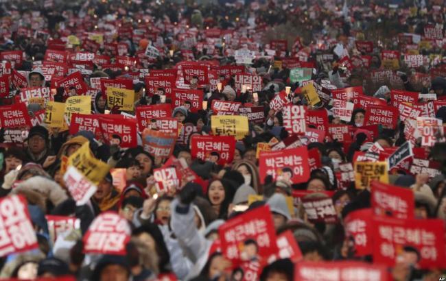 Фото: мітинг у Південній Кореї з вимогою імпічменту президента