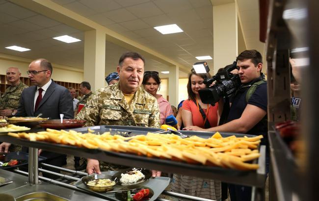 Фото: Степан Полторак во время проверки результатов реформы питания ВСУ (mil.gov.ua)
