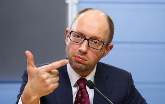 Яценюк відчитав Шевченка за невідвідування місця пожежі на нафтобазі під Києвом