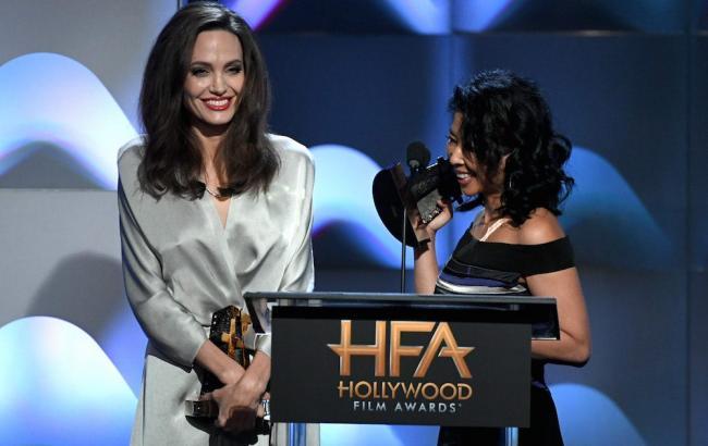 Тріумф Джолі і гарячий поцілунок Кейт Уінслет: зіркам вручили Hollywood Film Awards