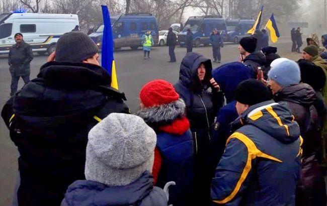 В Новых Санжарах протестуют несколько сотен человек из-за эвакуируемых из Уханя