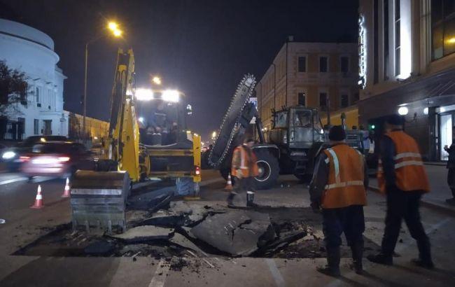 У центрі Києва через прорив труби провалився асфальт
