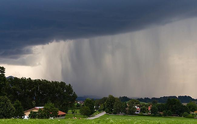 Синоптики предупреждают о сильных дождях, граде и шквалах в Украине