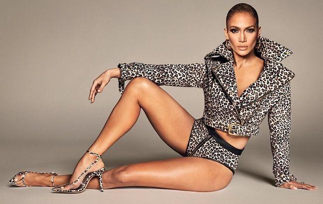 Напівоголена Дженніфер Лопес вразила розкішним тілом в пікантному вбранні