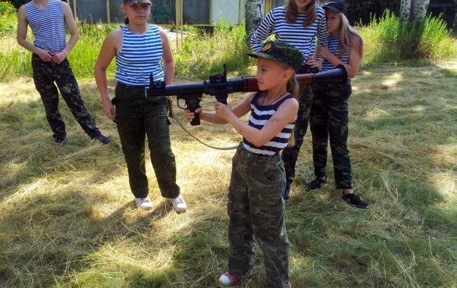 Фото: Дітей навчають стрільби (twitter.com/666_mancer)