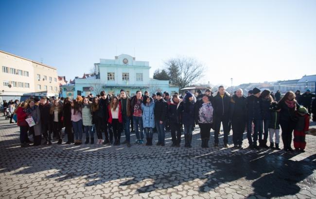 Фото: Участники флешмоба объятий в Ужгороде