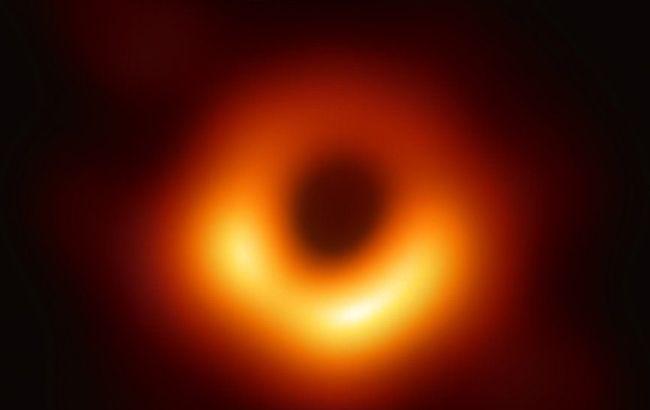 Ученым впервые удалось сфотографировать черную дыру