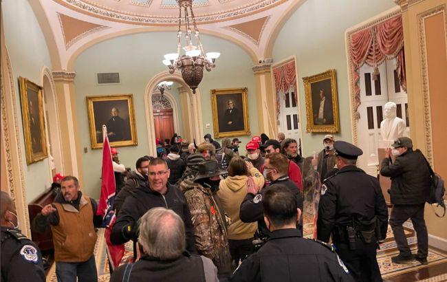 Беспорядки в США: полиция оттеснила протестующих со ступеней Капитолия