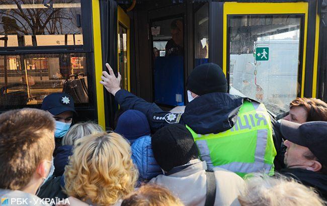 """Давка и штурм автобусов на """"Черниговской"""": полиция Киева не пускает больше 10 человек"""