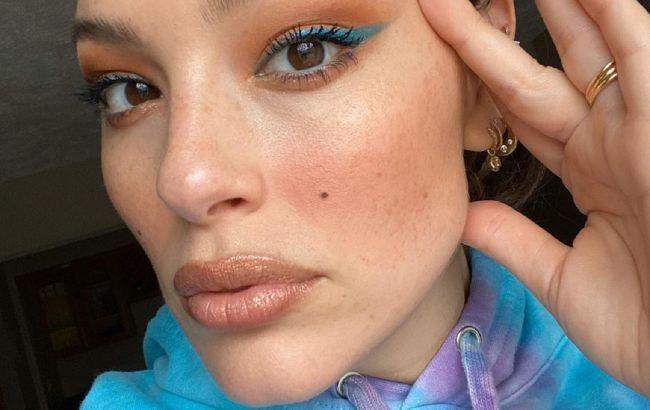 Расцветаем: Эшли Грэм учит делать самый модный макияж будущей весны