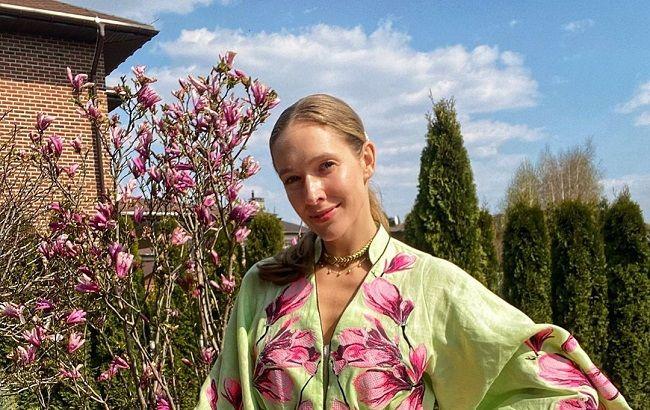 Весняна леді: Катя Осадча підкорила яскравими кадрами в рожевому жакеті і капелюшку