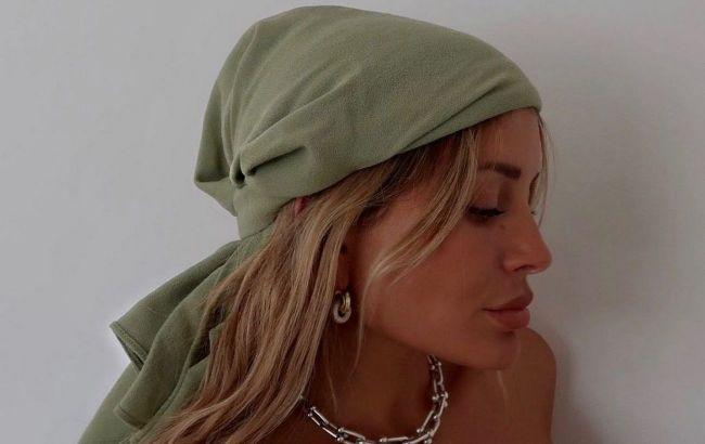 Вместо топа и пояса: стилист показала, как носить платок летом 2021
