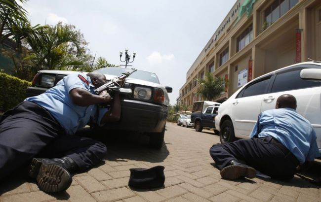 Фото: в Кении три женщины проникли в полицейский участок и ранили сотрудника