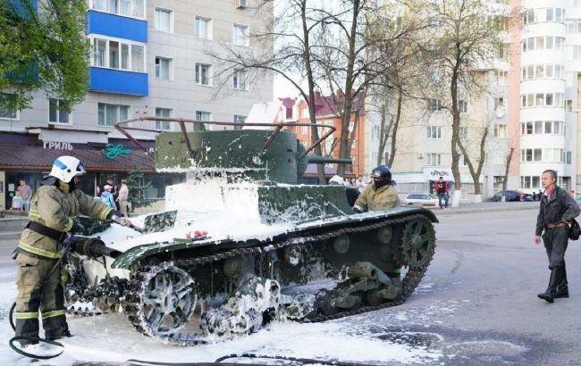 У Росії на репетиції параду до 9 травня спалахнув танк: відео НП
