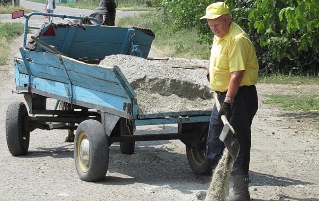 Надоело ждать: на Одесщине 80-летний дедушка сам отремонтировал дорогу