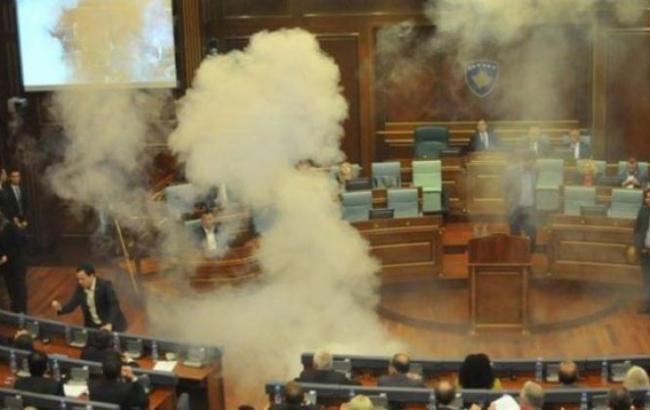 Фото: в Косово оппозиционер бросил дымовую шашку в здании парламента
