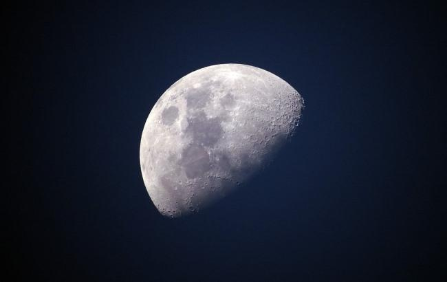 Фото: Місяць (pixabay.com/Ponciano)