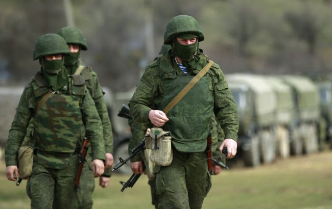 """Фото: так называемые """"зеленые человечки"""" в Крыму"""