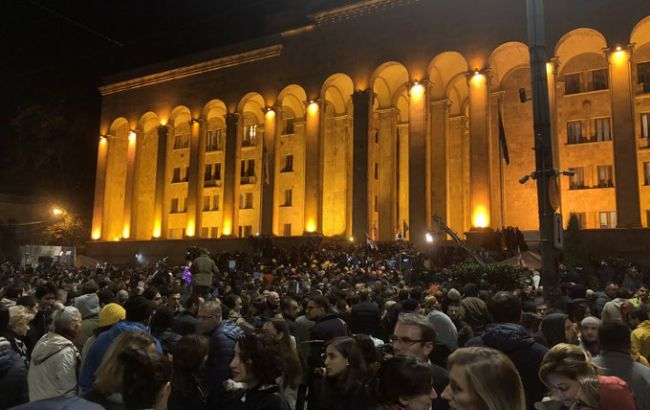 Протестующие в Тбилиси разбивают палатки перед парламентом Грузии