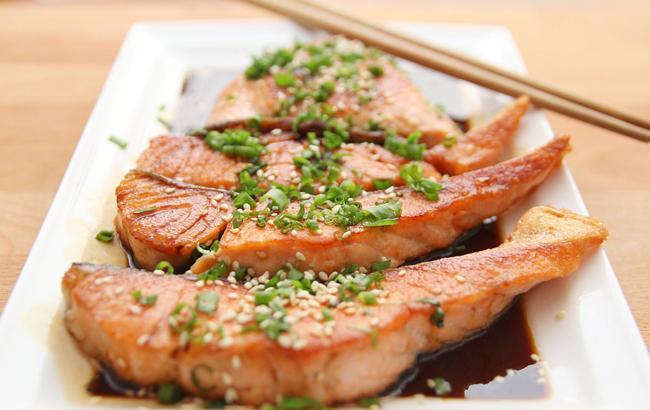 Смертельно опасна: эксперты сообщили неприятную новость о самой популярной рыбе
